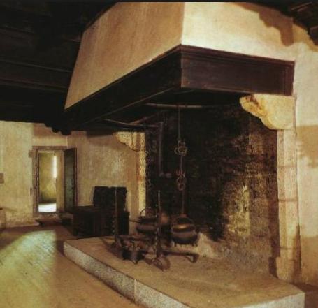 Realizzazioni camini rustici ristrutturazioni e for Camini antichi legno