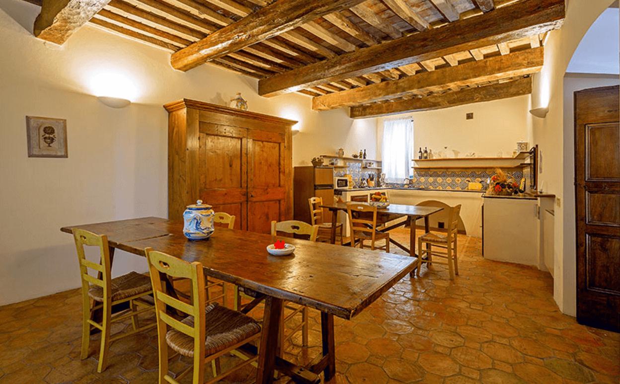 Arredamento casali toscani interni di casali rustici con for Case di stile